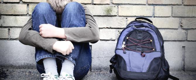 Chiuso in bagno a scuola e sottoposto a violenze: il dramma di un 16enne