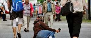 Ordinanza choc a Verona: 500 euro di multa a chi dà l'elemosina