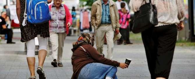 """La campagna del Comune di Pordenone: """"Non date soldi ai mendicanti"""""""