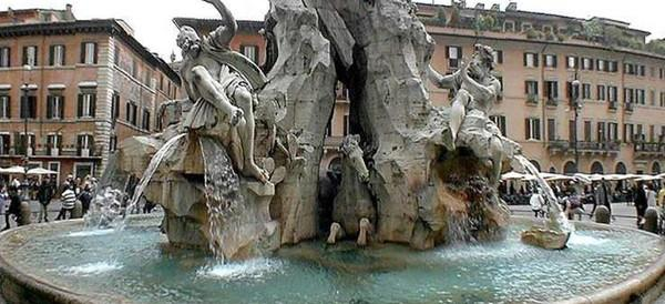 Bagno nudi nella fontana del Bernini. Applausi al posto della multa (video)