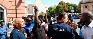 Paura al centro d'accoglienza, migranti in rivolta: troppo caldo e cibo sgradito