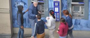 Circondavano e derubavano turisti al Colosseo: arrestati tre rom