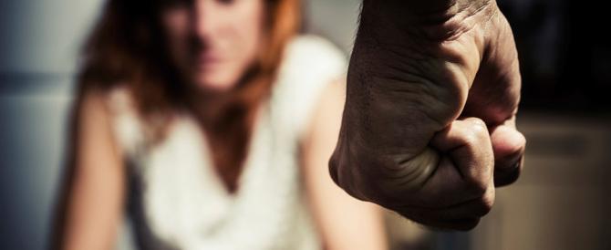 Lite tra romeni degenera: lei cade dal balcone, lui continua a picchiarla