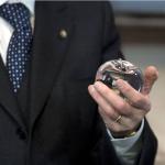 """Il presidente con la """"mela"""" donata dal sindaco di New York.  (Foto Instagram)"""