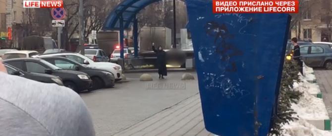 Orrore a Mosca: donna urla Allah Akbar con la testa di una bimba in mano (video)