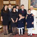 Ecco un fotomontaggio molto condiviso in Rete: tutti, compreso il Papa, hanno la faccia di Victor. (Foto Instagram)