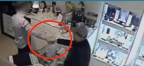 Il gioielliere stringe la mano al rapinatore armato, ma era un trucco