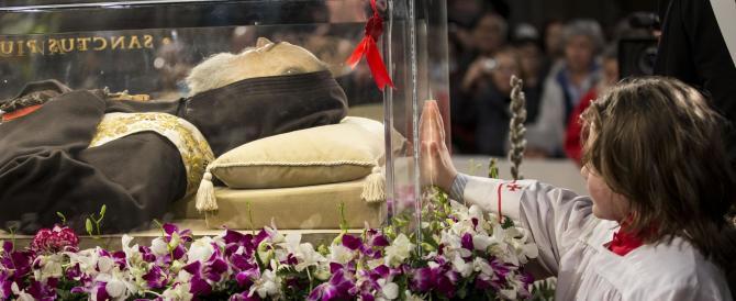 Folla per Padre Pio: il culto delle reliquie resiste nella Roma del terzo millennio