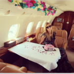 Paris Hilton ha festeggiato il compleanno sul jet di famiglia, che la portava ai Caraibi. (Foto Instagram)