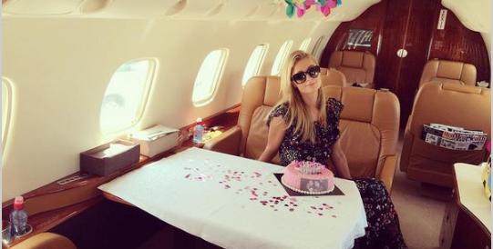 Paris Hilton ne compie 35 e festeggia il compleanno sul jet privato (Fotogallery)