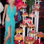 """Vestita da reginetta, con la famiglia. Ecco il compleanno più """"colorato"""" della giovane erede dell'impero degli hotel. (Foto Instagram)"""