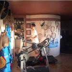 Lui si allena, lei scatta la foto. (Foto Instagram)