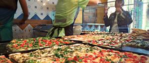 Roma, fuggono per non pagare le pizze e prendono a calci il fornaio
