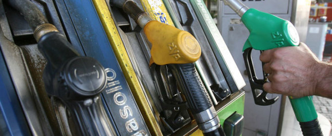 Benzina, prezzi-pazzi ai distributori: fino a 77 cent di differenza. Ecco dove