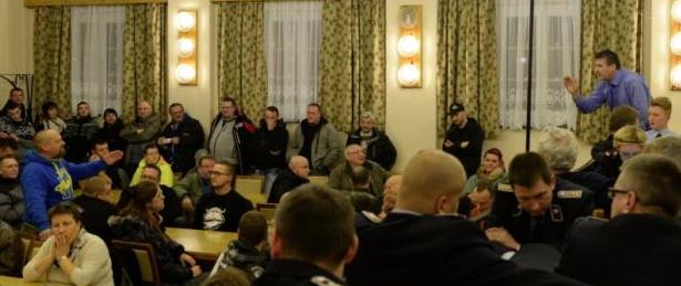 """Molestate dai rifugiati, il sindaco: """"Fatele coprire"""". Scoppia la rivolta  (VIDEO)"""