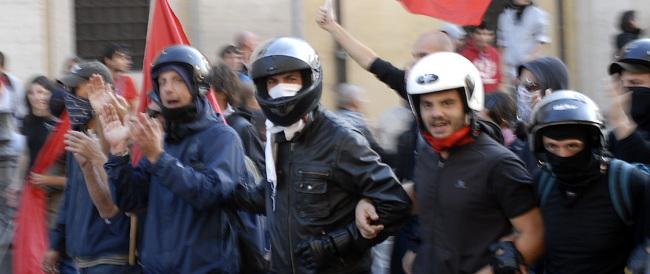 Noi con Salvini, la sinistra giustifica l'aggressione: «Se la sono cercata»