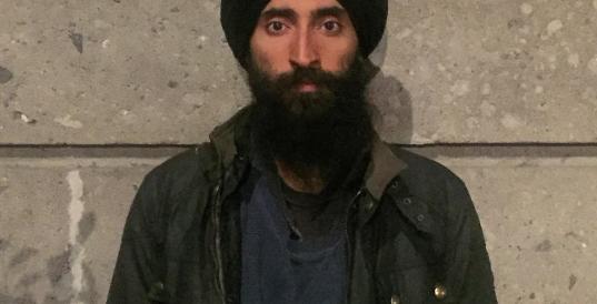 Si rifiuta di togliere il turbante, la compagnia lascia a terra l'attore Sikh (Fotogallery)