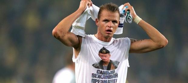 Sfoggia maglietta con Putin in una partita in Turchia: bufera su calciatore russo