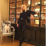 La foto delle centinaia di profumi collezionati da Donatella Versace. (Foto Instagram)