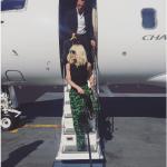La stilista mentre scende da un aereo privato. (Foto Instagram)