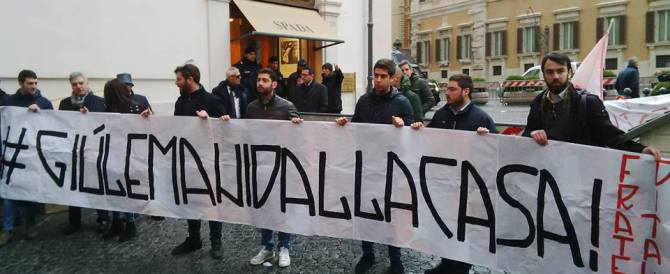 """""""Giù le mani dalla casa"""": flash mob di Fratelli d'Italia contro il decreto sui mutui"""