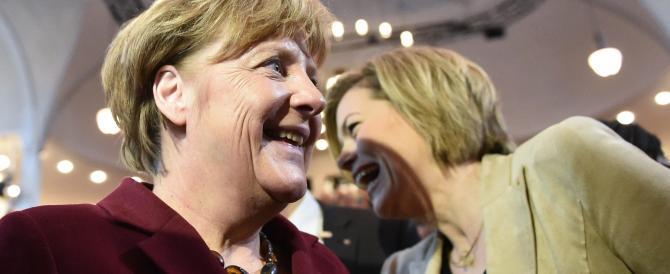 I paladini dell'accoglienza spediscono fiori alla Merkel. Mai omaggio fu meno gradito