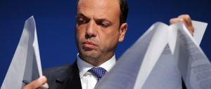 """Unioni civili, Alfano ha paura del referendum: """"Apre porte a nozze gay"""""""