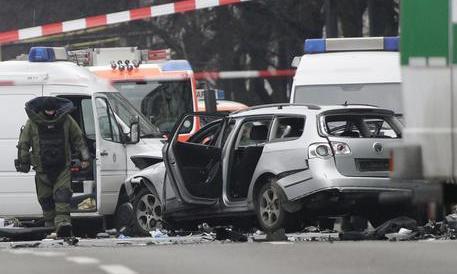 Scampato allarme terrorismo a Berlino. Esplode un'auto, ma la polizia frena (Video)