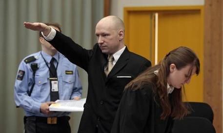 Breivik a processo: il boia di Oslo entra in aula e fa il saluto nazista
