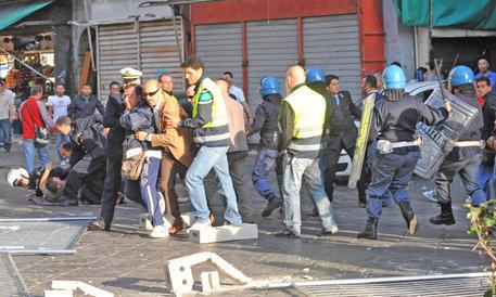 Antagonisti aggrediscono militanti di CasaPound: ferito un poliziotto