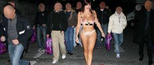 Punita sexy prof che sfila nuda. Lei protesta: va meglio a chi sputa ai bimbi