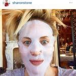Sharon è una donna spiritosa: eccola in un selfie con la maschera di bellezza sul viso...  (Foto Instagram)