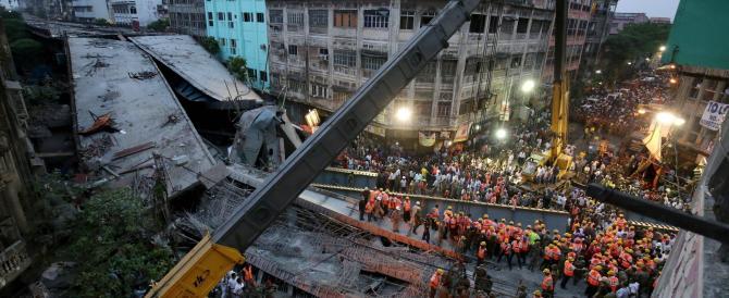 Crolla cavalcavia a Calcutta, corsa per salvare 150 persone sotto le macerie