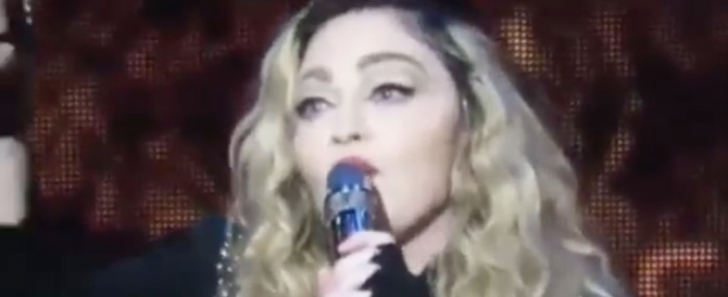 Madonna ubriaca e in lacrime sul palco: rivoglio mio figlio (video)