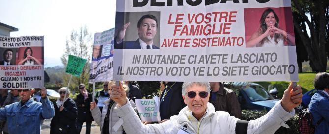 """""""Deve andare via questo disonesto"""": sit- in contro il """"salvabanche"""" di Renzi"""