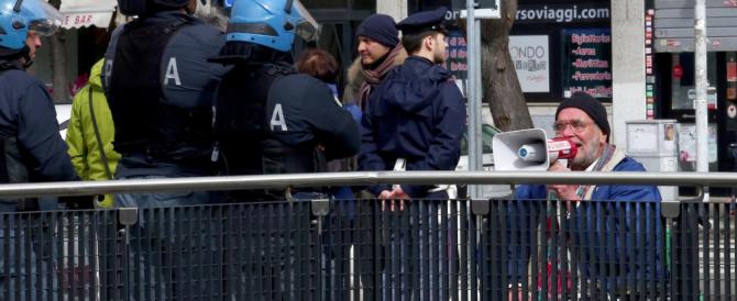 Salvini assediato dagli antifascisti. Lui li zittisce: «Andassero a lavorare»