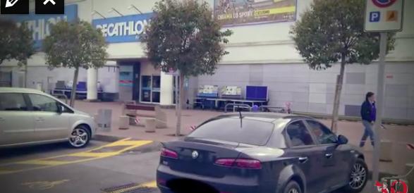 L'auto blu della casta è parcheggiata nel posto dei disabili… (video)