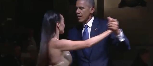 Obama balla un tango sexy alla cena di Stato, Michelle furiosa (video)