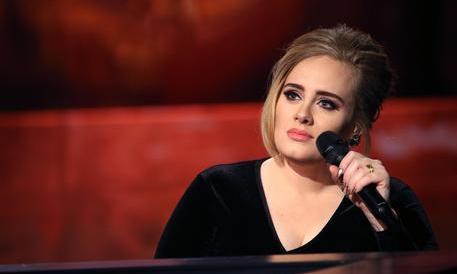 """Adele in concerto va all'attacco: """"Andate al diavolo, fottuti terroristi!"""""""