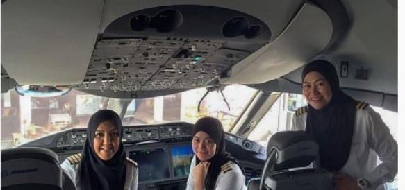 Sfida all'Arabia: ecco le tre donne col velo che pilotavano il Boeing (foto)