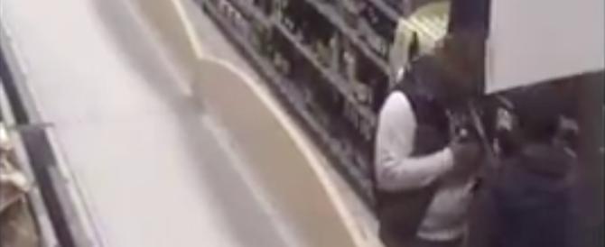 Ecco come svaligiano i negozi col trucco della panciera (VIDEO)