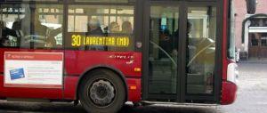 Bus di Roma a pezzi: si stacca un pannello, ferita una passeggera