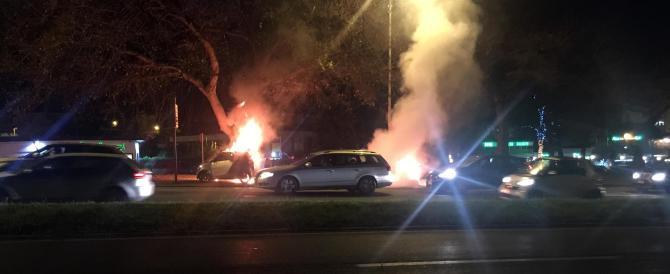 Scontro a Roma, motociclista prende fuoco: ecco le terribili immagini