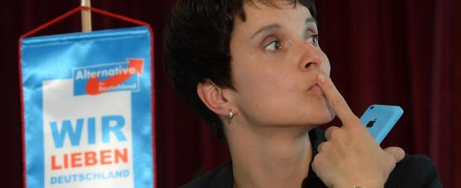 Frauke Petry lancia la sfida alla Merkel: «Basta profughi, è un disastro»