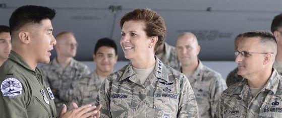 Il generale Lori Robinson è la prima donna a guidare un'unità combattente