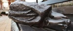 """Gesù """"senzatetto"""": la statua che ha diviso gli Usa arriva in Vaticano"""