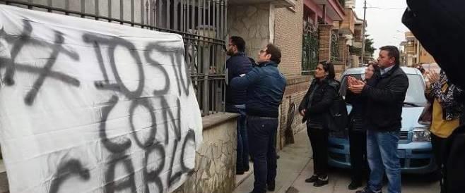 """Ha sparato a un ladro, flash-mob a Villa Literno: """"Io sto con Carlo"""""""