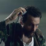 Il video si apre con Jovanotti coi capelli, che, mano a mano, si rasa...(Foto video)