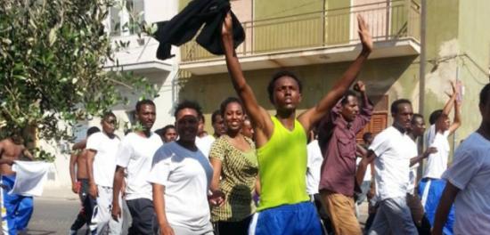 Sardegna, 200 immigrati in rivolta: «Non vogliamo darvi le impronte digitali»