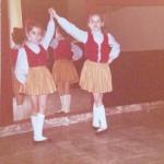 """""""Sono quella di sinistra"""". Luciana ha pubblicato questo vecchissimo scatto, di quando era una aspirante ballerina.  (Foto Instagram)"""